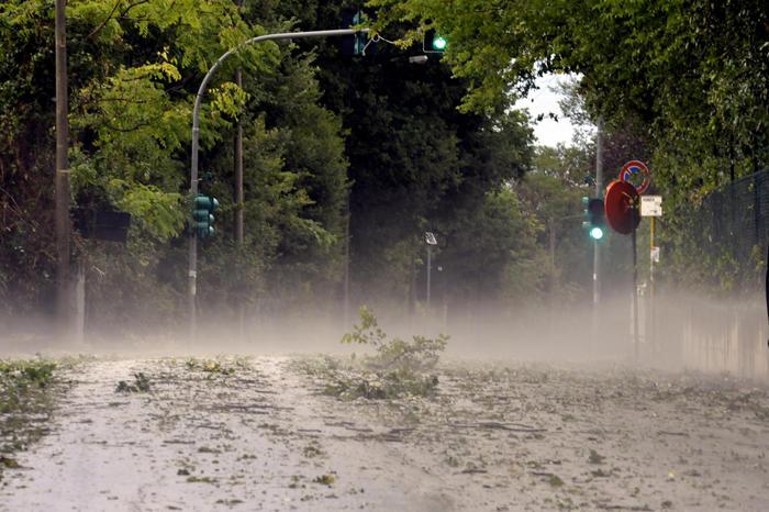 Un violento nubifragio e una grandinata, con grossi chicchi e 'lastre' di ghiaccio, si sono abbattuti su Ancona nel primo pomeriggio, 30 agosto 2020. Pioggia, grandine e vento hanno spazzato le strade. Molti gli interventi dei vigili del fuoco per alberi caduti e allagamenti.  ANSA/ STEFANO SACCHETTONI
